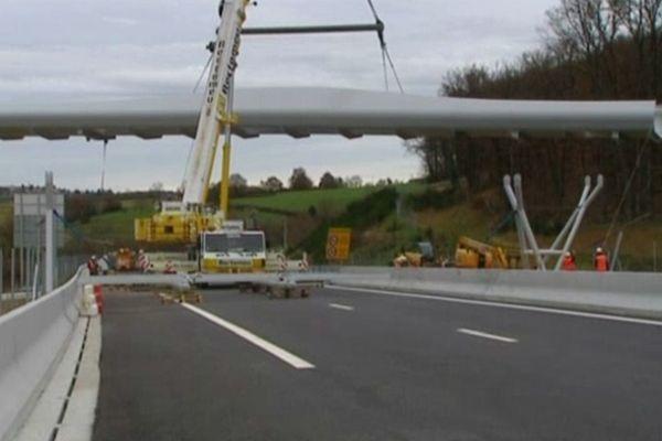 Installation d'un chiroptèroduc au-dessus de l'A89. L'ouvrage pèse près de quarante tonnes - nov.12
