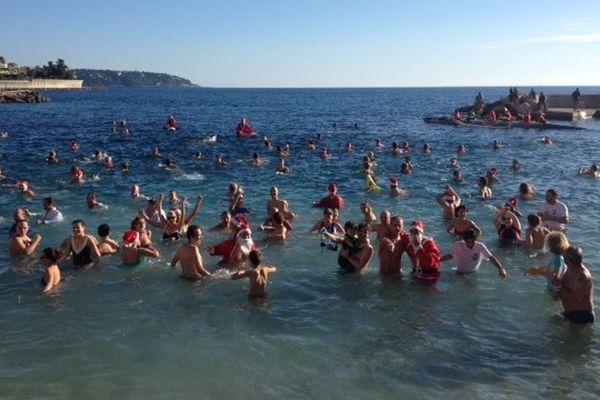 Bain sur la plage du Larvotto ce dimanche. Il a battu des records de fréquentations, l'eau était à 18 degrés !