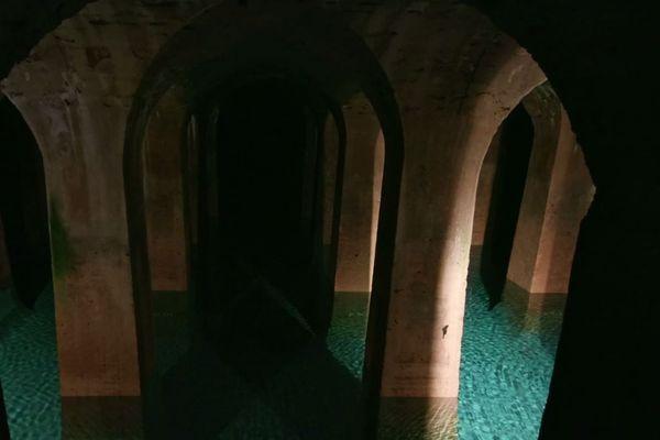 L'aqueduc Médicis érigé par l'ingénieur Eugène Belgrand, en 1874, amene l'eau jusqu'au réservoir de Montsouris