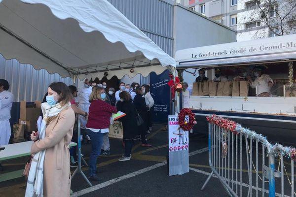 La distribution des paniers repas de chefs aux bénéficiaires dues Restos du coeur à Brest ce samedi 28 novembre