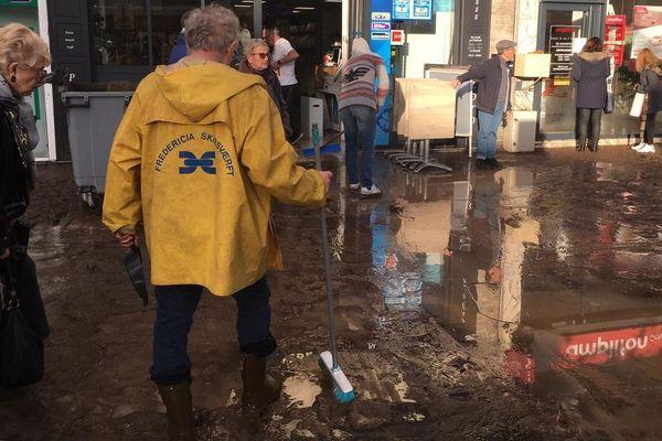 Ce lundi matin, les rues de Mandelieu sont couvertes de boue après les intempéries de ce dimanche.