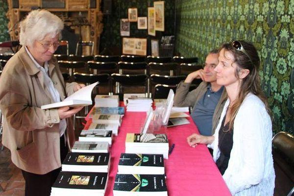 L'éditrice Marie-Thérèse Mutin avec les auteurs Nathalie Garance et Robert Coulon lors des 24H du livre à l'Hôtel de Vogüe en 2014