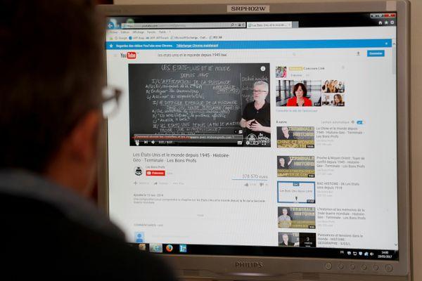 Un lycéen regardant une vidéo pour préparer son baccalauréat. (Illustration)