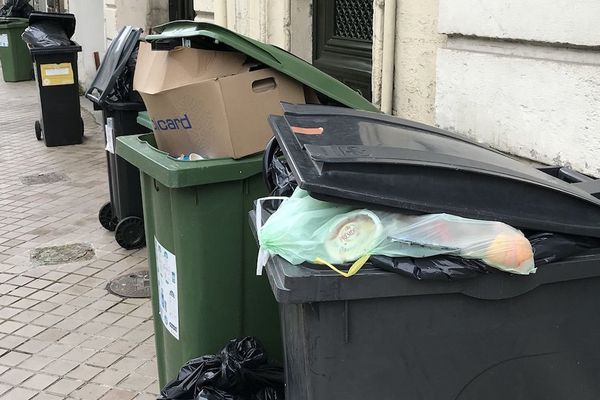 Les poubelles débordent dans certaines rues de la métropole bordelaise durant la grève des éboueurs