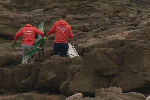 Les sauveteurs en mer ramassent des débris du Carrera échoués sur la côte