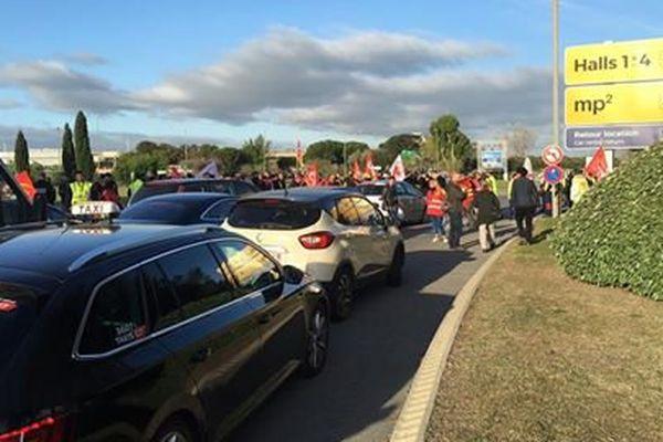 Les manifestants bloquent l'accès à l'aéroport Marseille-Provence.