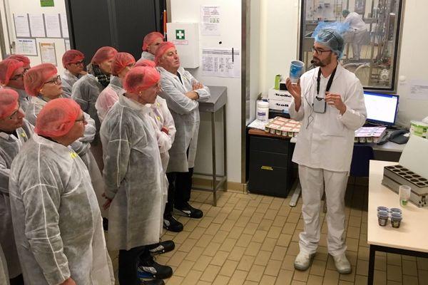 Un groupe de visiteurs à l'usine Triballat, près de Rennes