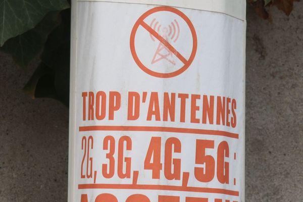 Les opérateurs déploient de nouvelles antennes 5G, au grand dam de certains riverains et élus.