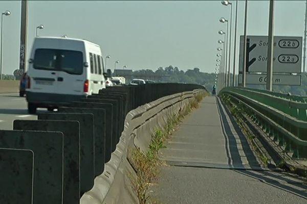 La suppression annoncée de la piste cyclable du pont François Mitterrand est dénoncée par les associations qui défendent l'usage du vélo à Bordeaux.