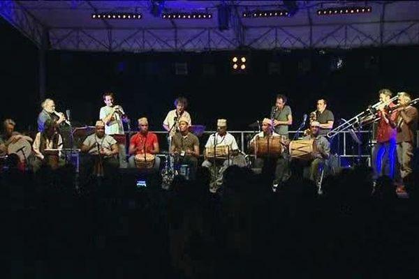 Les musiques des Comores, du Bénin, du Kosovo et de Turquie se sont  mêlées sur scène.