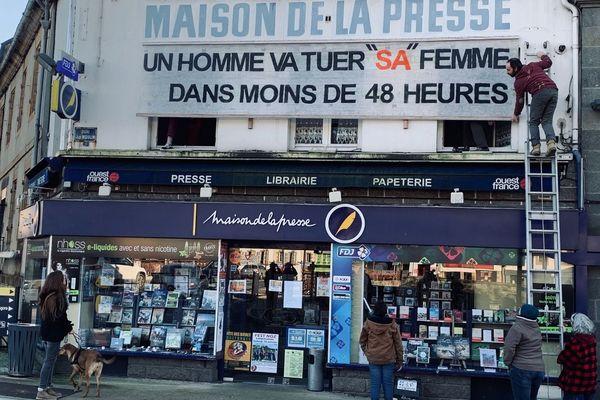 Un message choc pour dénoncer les féminicides sur la façade de la Maison de la presse de Châteaulin (Finistère)