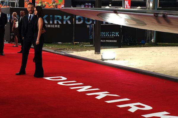 """Tom Hardy et son épouse sur le tapis rouge de l'avant-première de """"Dunkerque"""" à Londres"""