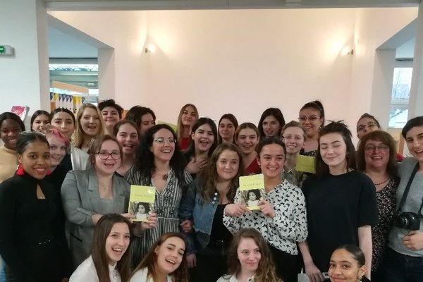 L'écrivaine auvergnate Dalie Farah en visite dans un lycée de Bourgoin-Jalieu pour présenter son premier roman : Impasse Verlaine. Elle vient de recevoir le prix littéraire des lycéens et apprentis de la région Auvergne-Rhône-Alpes.