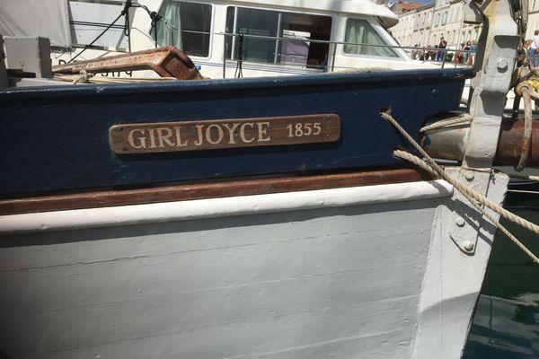 Girl Joyce dans le vieux port de La Rochelle