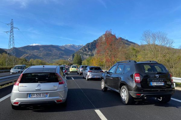 Des files de véhicules se forment au pied des Pyrénées