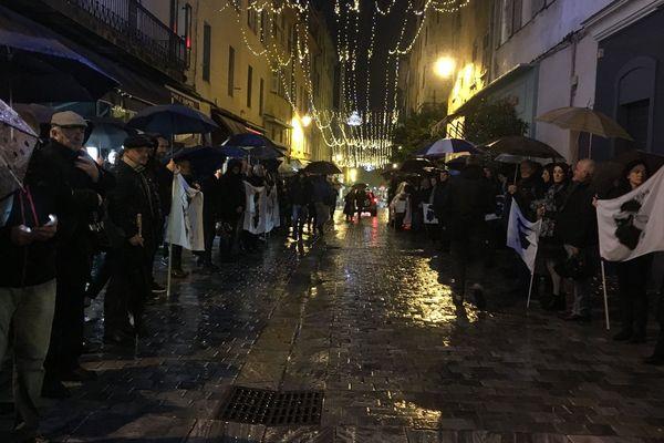 Dimanche 16 décembre, des anonymes ont formé une haie d'honneur lors du passage du cercueil d'Edmond Simeoni à Bastia
