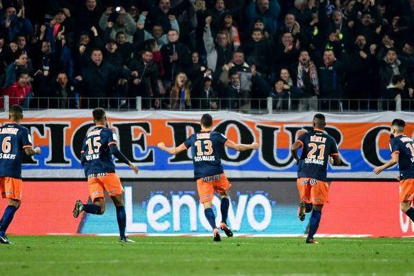 Les joueurs de Montpellier fêtent leur magnifique victoire 3-0 face au PSG avec leurs supporters - 3 décembre 2016