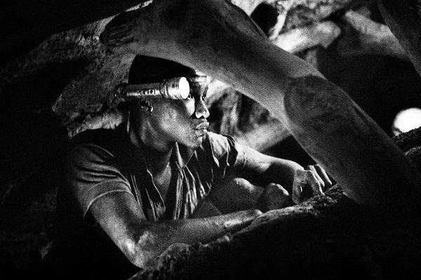 Romain Laurendeau a photographié la ruée vers l'or au sud du Sénégal. Des orpailleurs venus du monde entier creusent des mètres sous terre pour quelques paillettes et de petites pépites d'or.