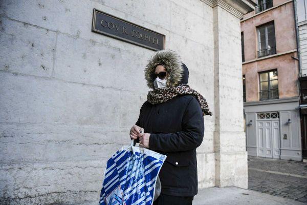Lors du quatrième procès de Cécile Bourgeon, qui arrive ici à la cour d'appel du Rhône, à Lyon, plusieurs amies de la mère de la petite Fiona ont témoigné à la barre.