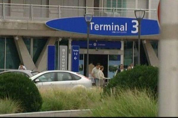 Adel, 35 ans, a été interpellé vendredi soir à l'aéroport de Lyon. A la descente de son avion en provenance d'Algérie. Il est accusé de viol par Cécile Bourgeon, la mère de Fiona.