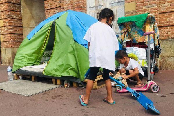 Margarita et Maniola vivent ici, dans cette tente à Saint-Cyprien avec leurs parents. Ensemble, cette famille albanaise a fuit son pays, où elle était victime de racisme.