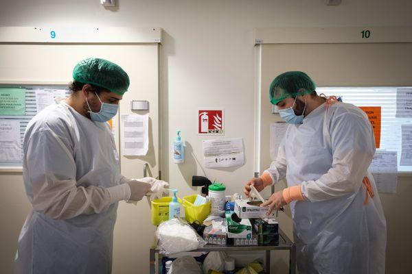 Le service de réanimation polyvalente du centre hospitalier de l'agglomération de Nevers, luttant contre le Covid, pendant le pic de la deuxième vague, vendredi 27 novembre 2020.