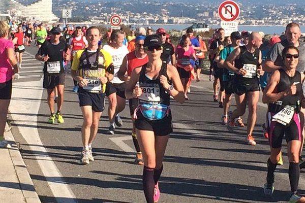 Les coureurs du marathon Nice Cannes le long de la plage de Villeneuve-Loubet.