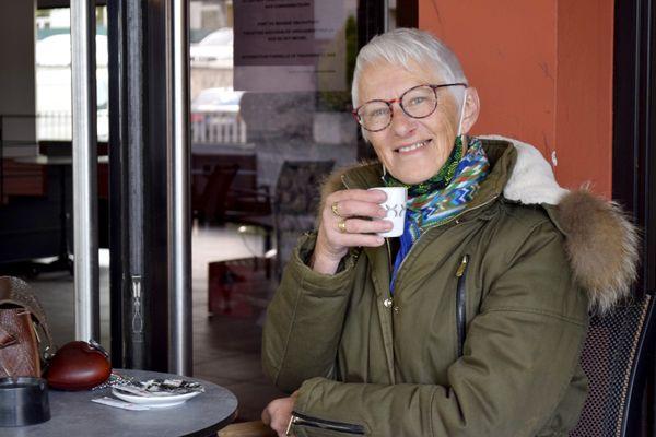 Marie-Claude était là dès 9 heures pour boire son café en terrasse.