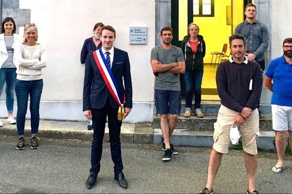 Le conseil municipal de Labatmale issu des élections du 15 mars a pu prendre ses fonctions et élire Florent Lacarrère, nouveau maire de la commune, l'un des plus jeunes édiles béarnais à 25 ans