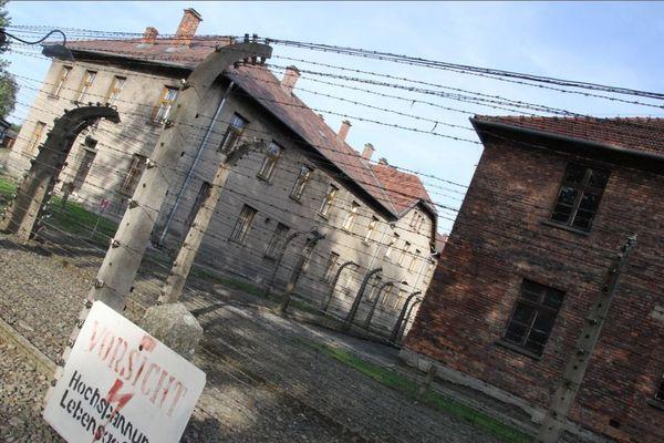 L'entrée du camp d'Auschwitz en Pologne lors de la journée nationale du souvenir des victimes de la déportation le 27 avril 2017 en hommage aux victimes du Nazisme qui a fait plus de 1,1 million de morts dans les camps de concentration