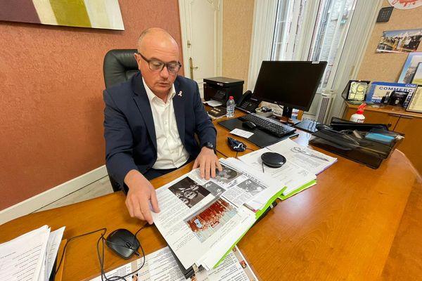 Frédéric Bricout, maire de Caudry (Nord), consulte le dossier concernant le leg d'un appartement monégasque à sa commune.