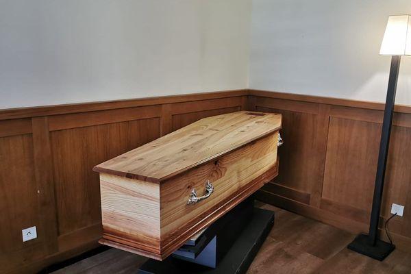 Cercueil en salon individuel