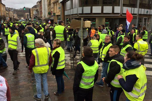 Manifestants gilets jaunes avenue Jean-Jaurès à Charleville-Mézières.