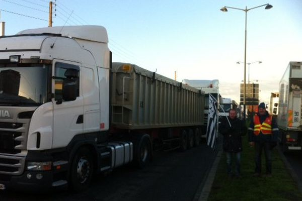 Plusieurs centaines de camions sont bloqués par les routiers sur la RN24 aux abords de Rennes