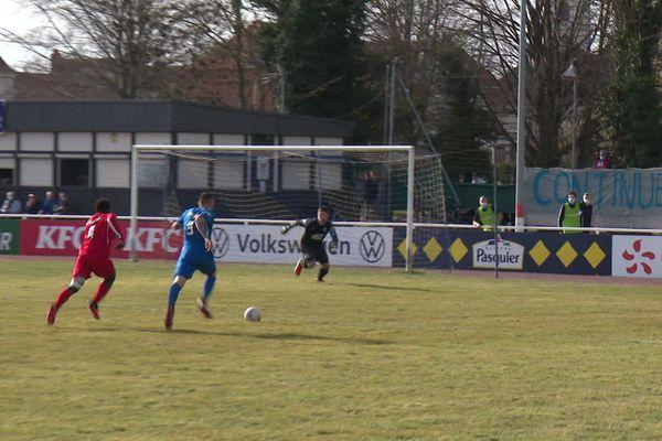 Belle percée de Mathieu Duhamel qui trompe le gardien d'Aire-sur-la-Lys à la 42e minute.