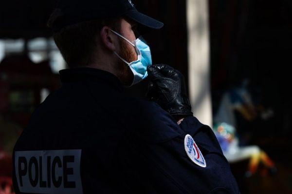 Un policier en train de mener des contrôles à Paris, dans le cadre du confinement contre la propagation du coronavirus, le 19 mars dernier (illustration).