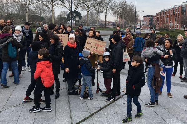 Une centaine de citoyens se sont rassemblés devant le conseil régional à Toulouse pour protester contre l'expulsion de 8 familles albanaises.