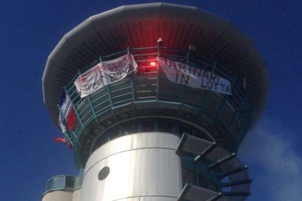 """ILLUSTRATION - Les marins grévistes du """"Méditerranée"""" occupent la capitainerie à Bastia le 27 juin 2014"""