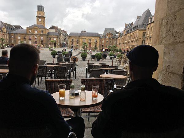 La nouvelle vue dégagée proposée désormais aux promeneurs du centre-ville, la place Ducale rendue aux touristes et aux carolomacériens