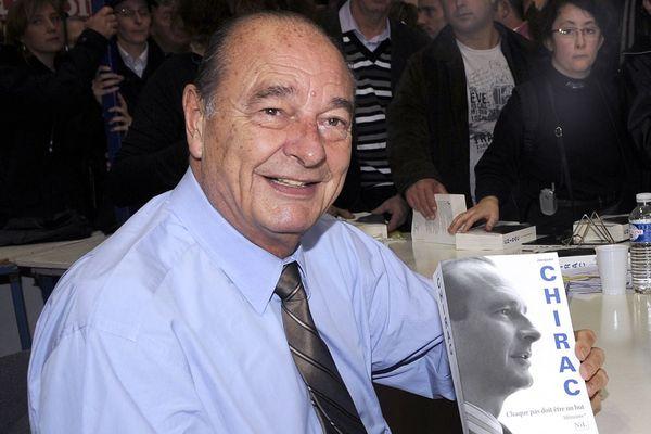 L'ancien président français Jacques Chirac pose avec son livre le 7 novembre 2009 lors du salon du livre de Brive-la-Gaillarde.