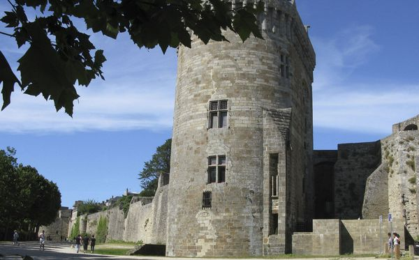 Dinan la médiévale et les plus longs remparts de Bretagne.