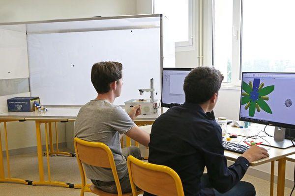 """Deux lycéens du lycée technique de Granville lors de la mise au point de leur prototype de fleur """"connectée"""""""