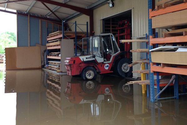 La menuiserie Guillemot à Chemilly-sur-Yonne est sous l'eau mardi 31 mai 2016 en raison des pluies diluviennes.