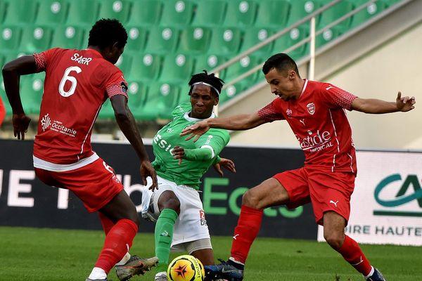 Les Nîmois Sidy Sarr et Kelyan Guessoum contre l'AS Saint-Etienne (2-2), le 20 décembre 2020.
