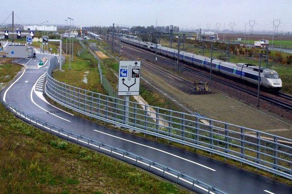 Les passagers vont changer de train à la gare TGV Haute-Picardie.