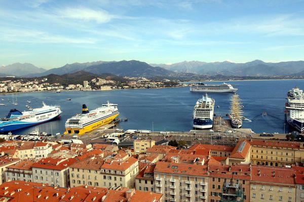 Illustration- Ferries et navires de croisières en escale dans le port d'Ajaccio (Corse du Sud)