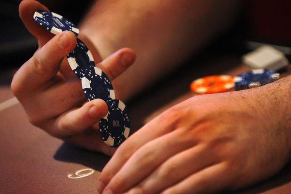 Les clubs de jeux parisiens peuvent proposer des tables de poker, à défaut de pouvoir ouvrir des roulettes ou des machines à sous (illustration).