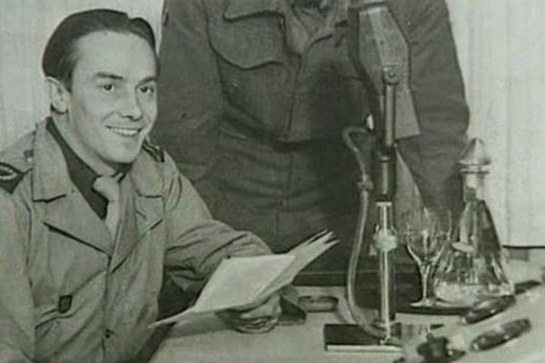 Le résistant et journaliste Pierre Bourdan au micro de Radio Londres à la BBC en 1940