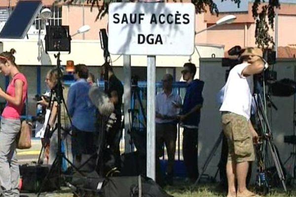 Les nombreux médias internationaux ont patienté devant les locaux de la DGA à Balma