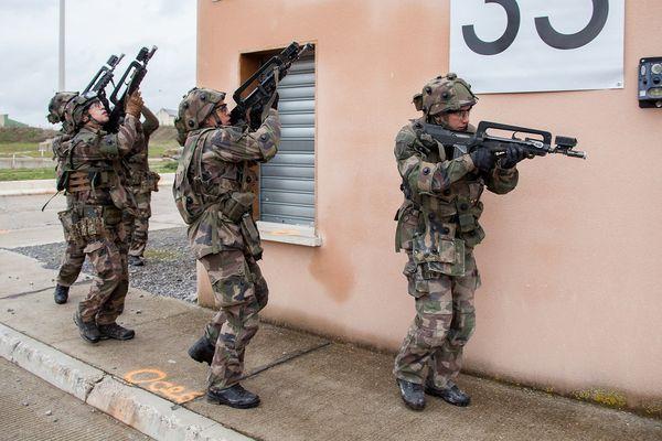 Entraînements au combat urbain sur le site de Joeffrécourt, près de Sissone (Aisne) suivis par une dizaine de militaires de l'escadron de transport de réserve (ETR) du 503e RT en février 2016